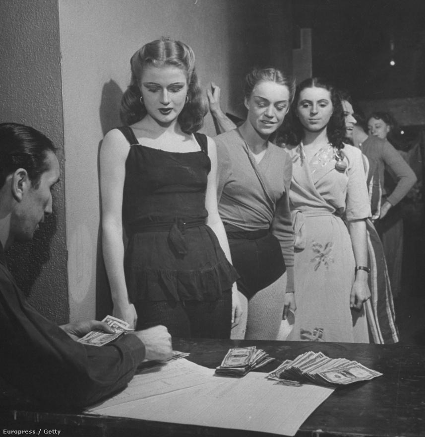 Pénzükért állnak sorba balettáncosok egy próbán, 1945-ben. Robert Capa sokat viccelődott Myronnal, mikor kiderült, hogy Davis kiskorában balettozni tanult. A viccelődés kettejük között állítólag akkor maradt abba, amikor kiderült, hogy Myron boxolni is tanult.