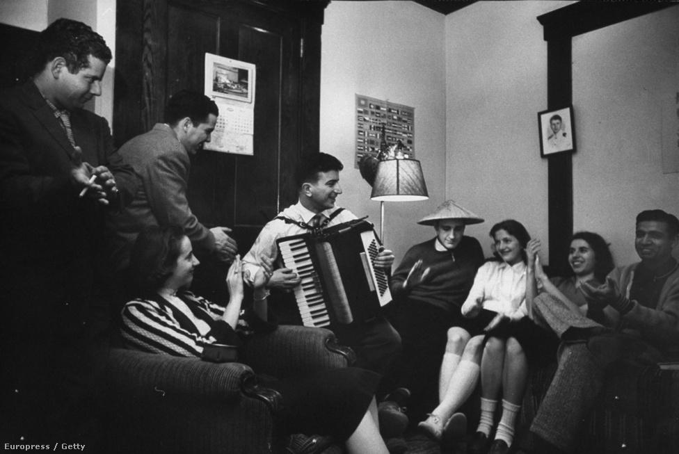 Török vendégdiákok és amerikai házigazdáik tanulnak egymástól dalokat a Michigani Egyetem kollégiumában.