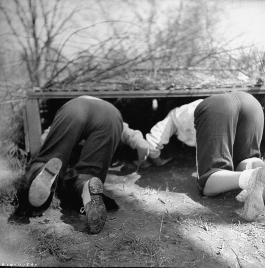 Két nő bukik le egy akadály előtt a Marylandi Egyetem kiképzőpályáján.
