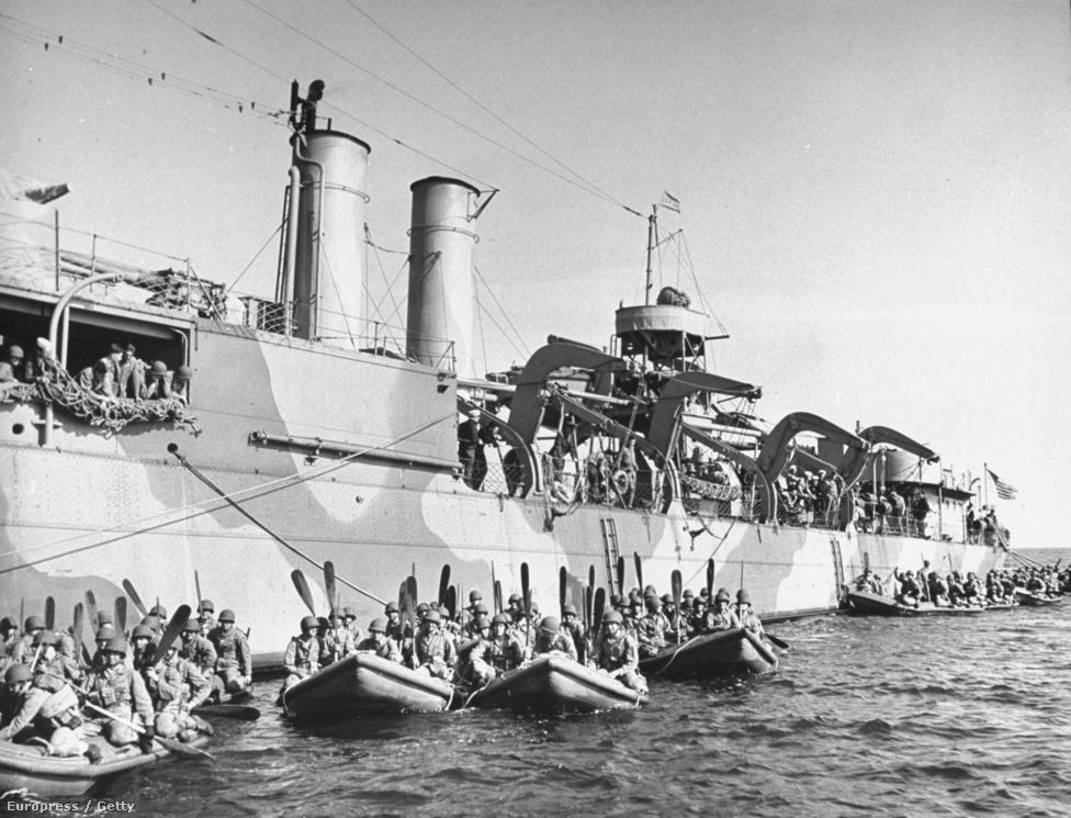 Tanulás nagyban: haditengerészeti kiképzőterep, ahol a katonák a partraszállást gyakorolják rombolókkal és gumicsónakokkal.