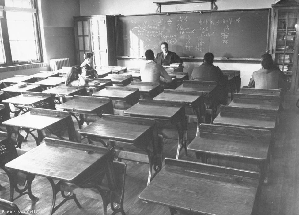 Csak néhányan ülnek a padokban egy chicagoi iskolában. Az eredeti képaláírás szerint ennek két oka volt: a tanárok épp sztrájkoltak, valamint Frank Sinatra koncertezett a városban, és sokan otthagyták a napjukat, hogy élőben is láthassák a sztárt a városban a koncert előtt.