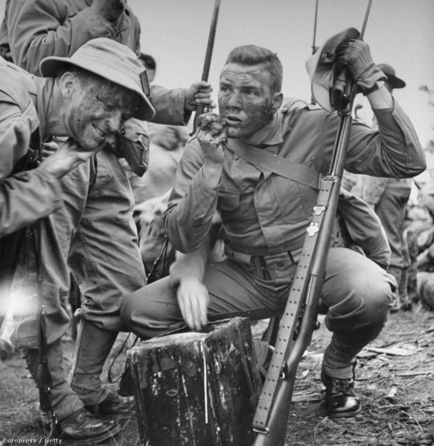 Amerikai katonák gyakorolják az álcázázó festést egy lőtéri kiképzésen.