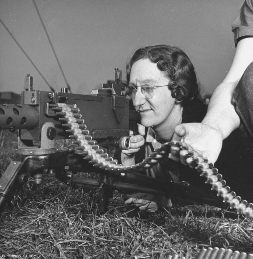 Lőni tanul egy nő egy letámasztott .30-as gépfegyverrel az Aberdeen Katonai Támaszponton. Davis nem várta meg a fronton a második világháború végét, hanem inkább otthoni környezetében fotózta a háborús gépezet hátterében dolgozókat - ami legalább olyan fontos témának bizonyult, mint maga a háború.