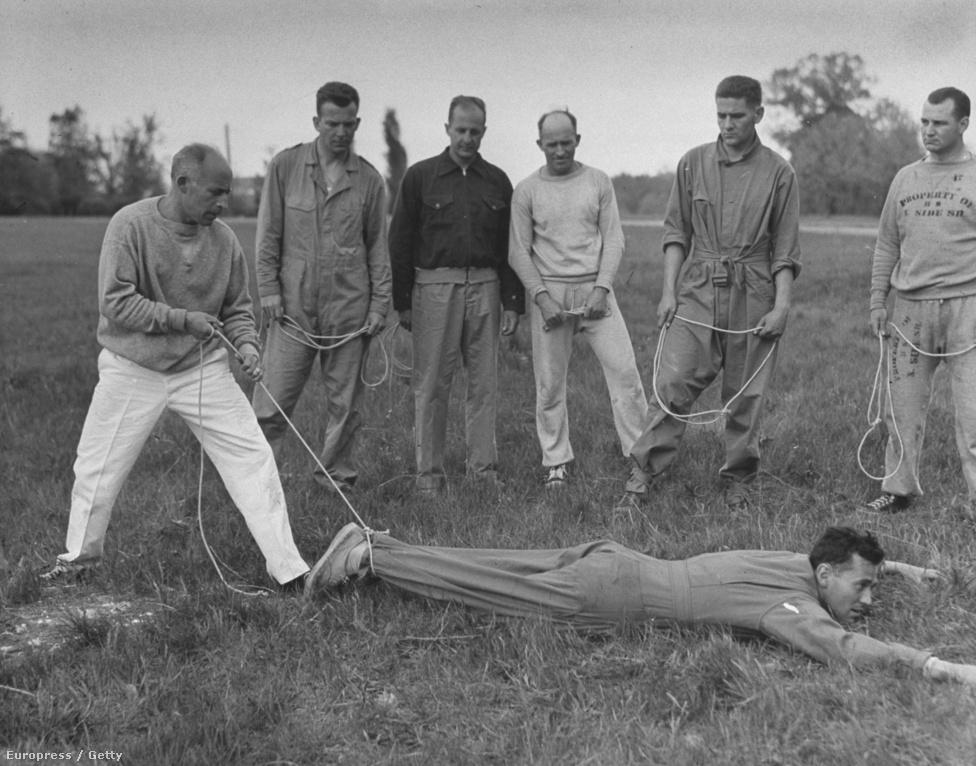 Egy kiképzőközpontban arra tanítják a tiszteket, hogyan kaphatnak el valakit kötéllel. A módszer hatásosnak tűnik.