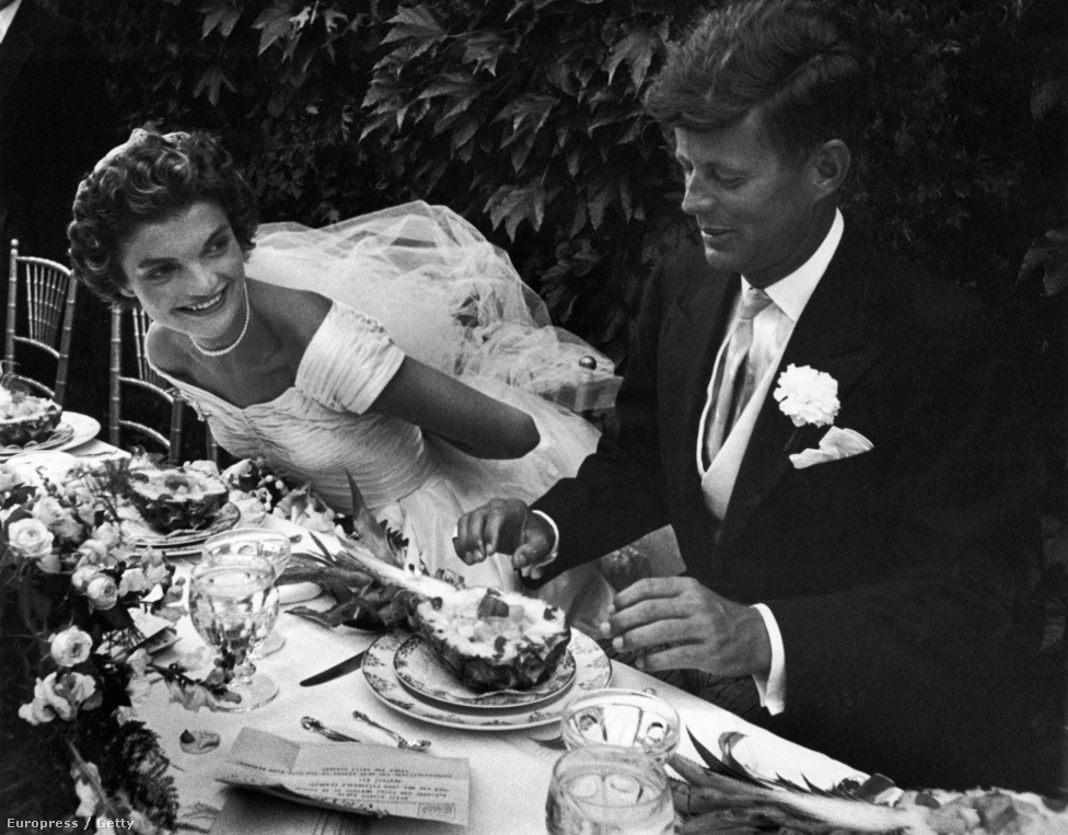 John és Jackie már az esküvőt megelőzően is szerepeltek a Life borítóján, elsőszülöttjüket pedig Nina Leen örökítette meg a magazinnak.  Az esküvőn és a fogadáson több száz vendég vett részt, a több ezer rajongó pedig a kápolna előtt várakozott, a friss házasok órákon keresztül fogadták a gratulációkat. Itt ülnek le először, a kiéhezett Kennedy rögtön rá is veti magát a kajára.