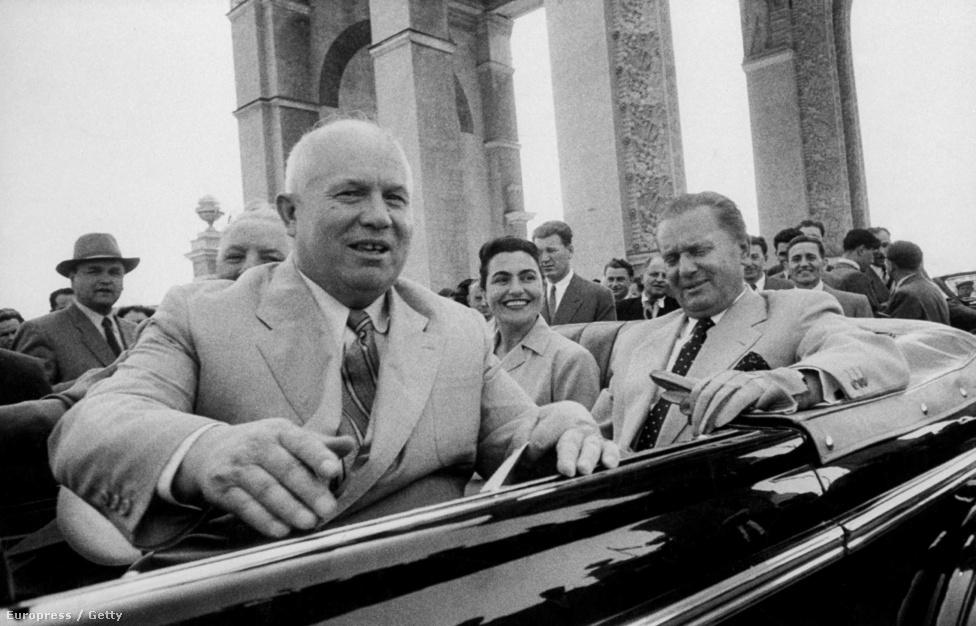 """Hruscsov is a rajongók közé tartozott. Larsen nemcsak egy hatalmas csokor rózsát kapott tőle, de még egy beszédébe is beleszőtte. """"Ne értsenek fére, egy amerikai lány áll velem szemben. Az amerikaiak jó emberek"""" - mondta, miközben Larsenre szegezte a tekintetét. A képen Hruscsov éppen a Tito házaspárral autózik 1956-ban."""