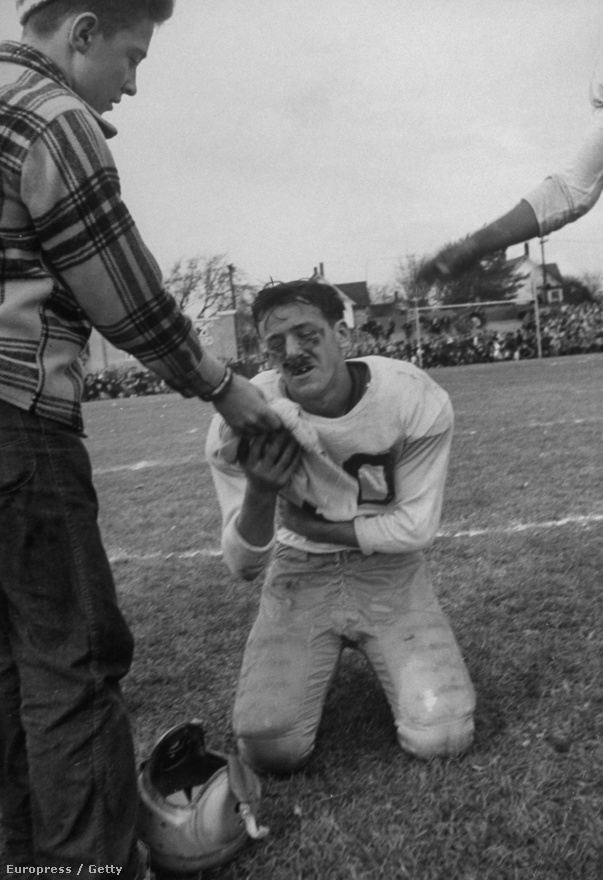 A michigani és a wisconsi középiskola éves rangadója a játékosok oldaláról: Paul Christopherson éppen letörli a koszt az arcáról.