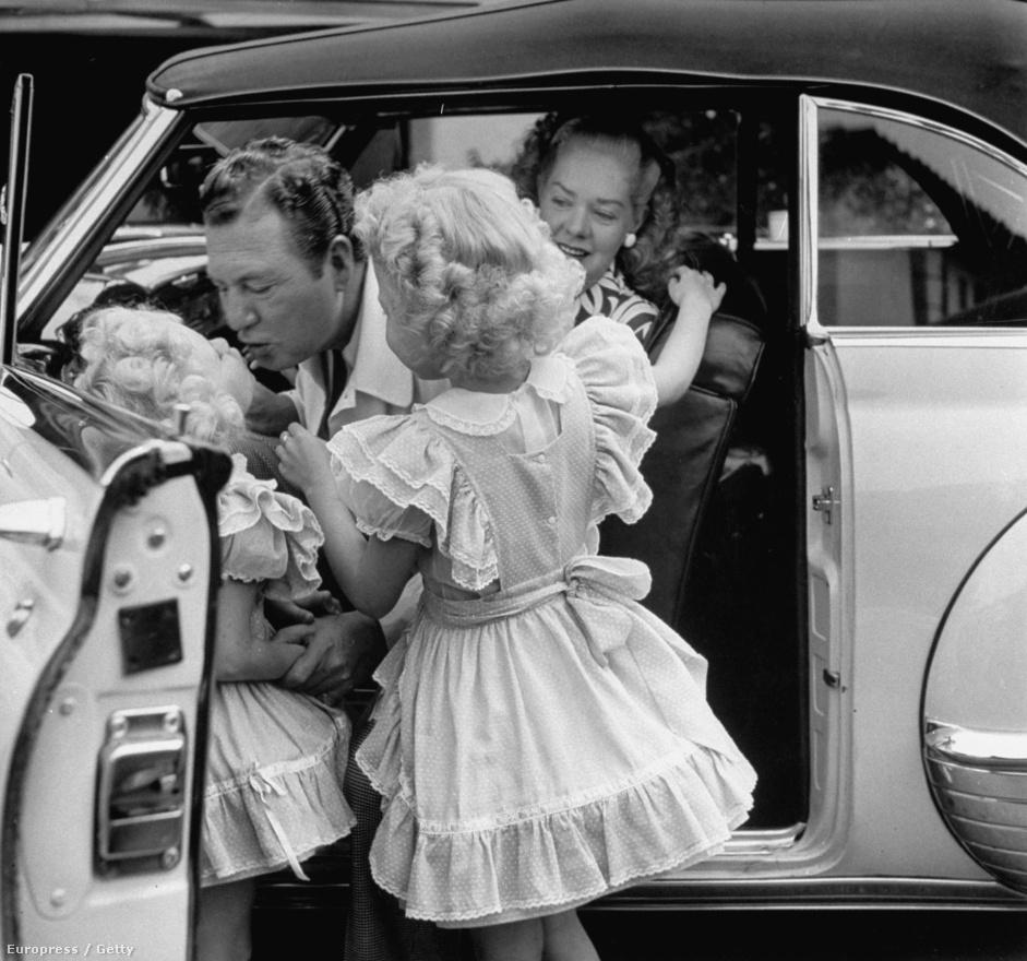 Phil Harris és Alice Faye 54 éven át voltak házasok, életükből egy roppant népszerű rádiós műsor is készült The Phil Harris-Alice Faye Show címmel. A rádióműsorban egy-egy fiatal színésznő játszotta a gyerekeiket, itt éppen a saját lányaiktól vesznek búcsút.
