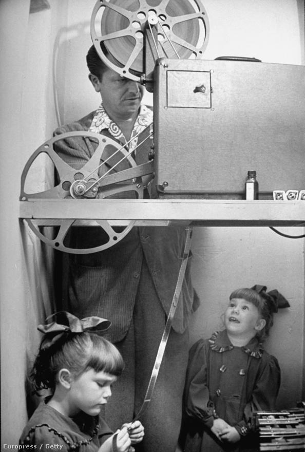 Az ötvenes évek Amerikájában a Fathers knows best című sorozat nyújtott vigaszt a tévénézőknek. A tökéletes család tökéletes vezetője volt Robert Young, aki úgy tűnik, hogy örökre eggyé vált a mintaapa képével: a  képen a vetítőt készíti elő, hogy filmet nézzenek a lányaival. Young egyébként rettenetesen szenvedett ettől a skatulyától, annyira depressziós volt, hogy még öngyilkosságot is megkísérelt. Ma egy lelki egészségmegőrző központ viseli a nevét.