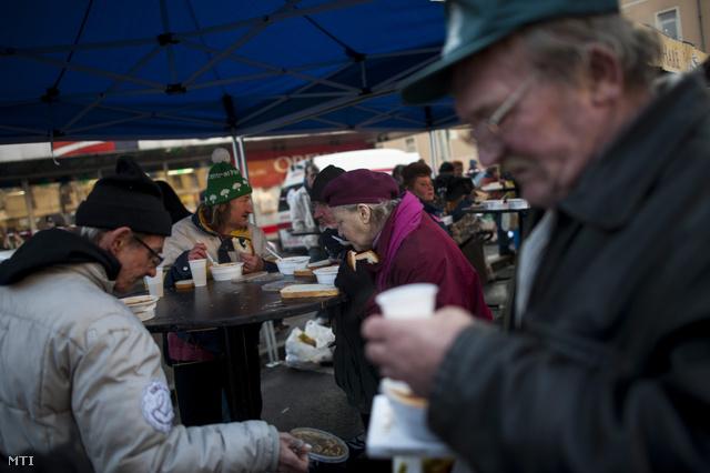 A Krisna-hívők szegényélelmezési missziója, az Ételt az Életért Közhasznú Alapítvány munkatársai osztanak ételt a Blaha Lujza téren, 2013. december 24-én.