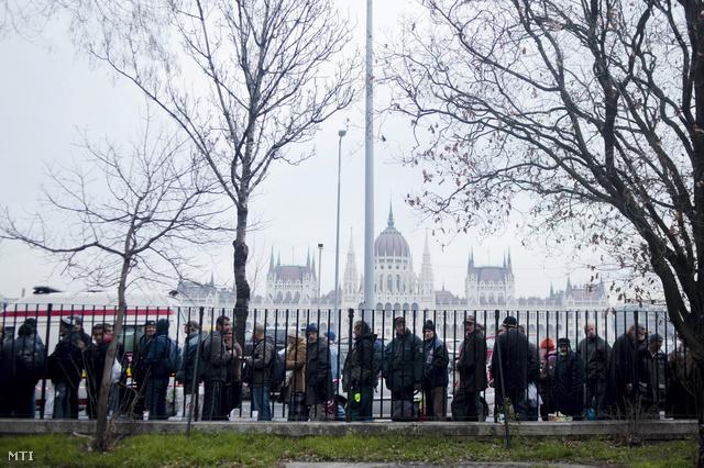 A Magyar Máltai Szeretetszolgálat és a Baptista Szeretetszolgálat közös ételosztása a Magyar Máltai Szeretetszolgálat központjának udvarán Budapesten az I. kerületi Bem rakparton 2014. január 17-én.