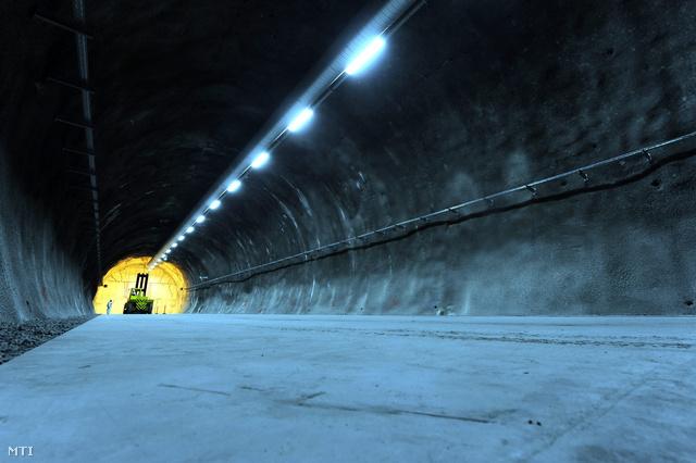 Munkagép helyezi el az első kilenc atomerőművi hulladékkal megtöltött hordót tartalmazó betonkonténert a Nemzeti Radioaktívhulladék-tároló első föld alatti kamrájának felavatásán Bátaapátiban 2012. december 5-én.