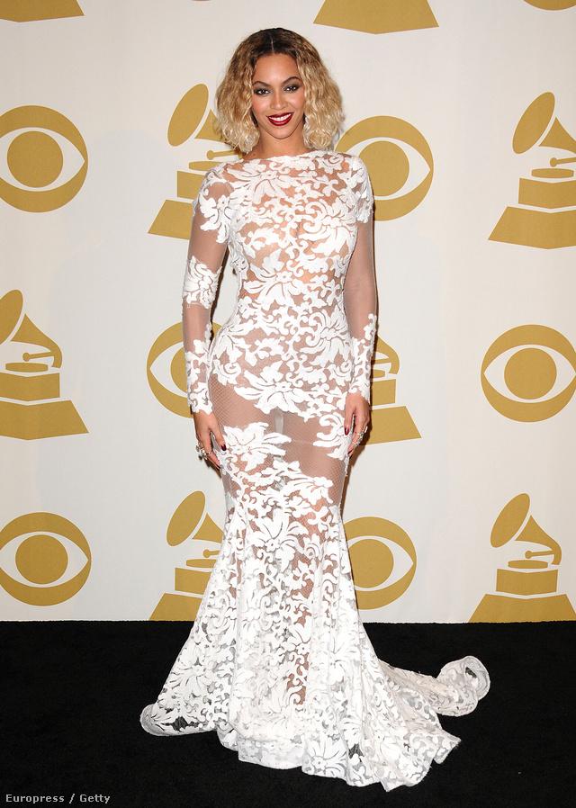 Beyoncé fehérben. A függöny tervezője Michael Costello
