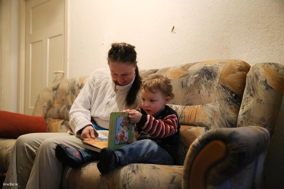 Jogi értelemben Magyarországon a fogyatékosság nem releváns a gyerekvállalásban, kivéve, ha valaki cselekvőképességet korlátozó vagy kizáró gondnokság alatt áll. Ilyen esetben a gyámnak mérlegelési lehetősége van. A hazai bentlakásos tömegintézményekben jelenleg körülbelül húszezer ember él, többségük gondokság alatt áll, és a magyar szociális szabályozás elvileg támogatja, de a gyakorlatban inkább akadályozza, hogy a bentlakásos intézményekben élő, értelmi fogyatékos emberek gyereket vállaljanak. A korábbi cikkünkben bemutatott támogatott lakhatásra és a lakóotthonokra vonatkozó szabályozás szerint ha egy lakóotthonban élő nő gyereket vállal, akkor a szolgáltató nem tud normatívát lehívni a gyerek után, vagyis létszámon felül kell ellátnia. Ezért a lakóotthon ellenérdekelt lesz a gyerek megtartásában, és abban lesz érdekelt, hogy megszabaduljon                         legalább a gyerektől, vagy az anyjától is. A szakemberek szerint megbecsülhetetlen, hogy a kényszersterilizálás mennyire elterjedt, de minden általunk megkérdezett magyar szociálpedagógus azt mondta, hogy találkozott már olyan esettel, hogy az anya szülei vagy az otthon szakemberei ráveszik a nőket arra, hogy fogamzásgátlót szedjenek, esetenként kényszerabortuszra viszik őket. Ez forrásaink szerint nem fizikai erőszakot jelent, hanem nagyon erős ráhatást, presszúrát, aminek a végén belemegy az értelmi sérült anya is abba, hogy elvetesse magzatát. (A TASZ vonatkozó riportját itt találja.)