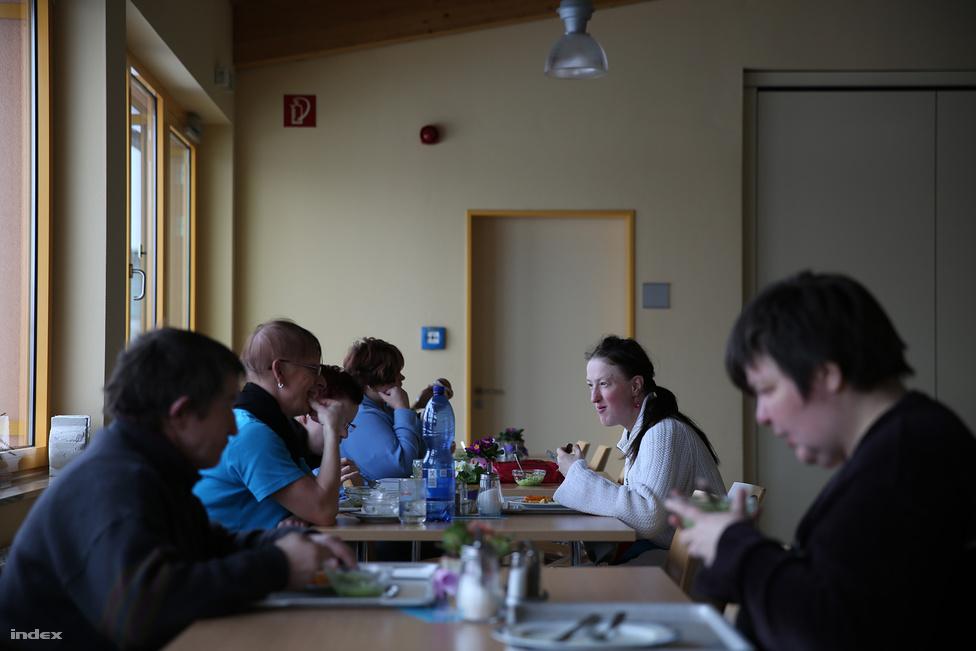 Az ebédet egy szintén értelmi sérülteket foglalkoztató konyhaműhelyből szállítják Silke munkahelyére, mindenki ingyen étkezik. Csak az üdítőért és édességért kell fizetni, a falra szerelt étel- és itallapon fotókkal és rajzokkal illusztrálják az analfabéta kollégák kedvéért, hogy a csokihoz vagy almaléhez milyen pénzt kell előkészíteni.