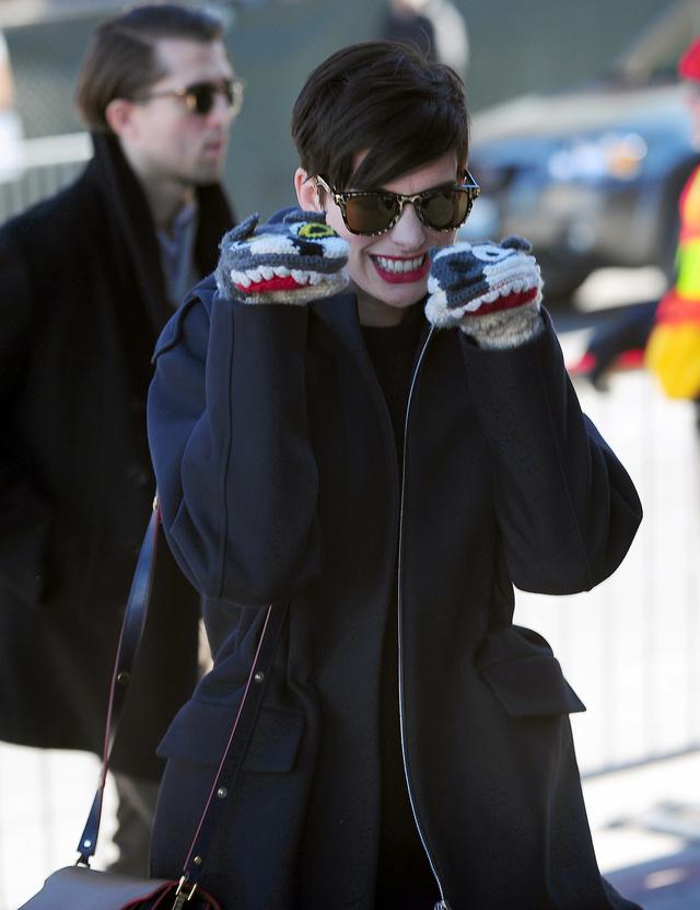 Anne Hathaway a Sundance filmfesztiválon játszik a kesztyűjével