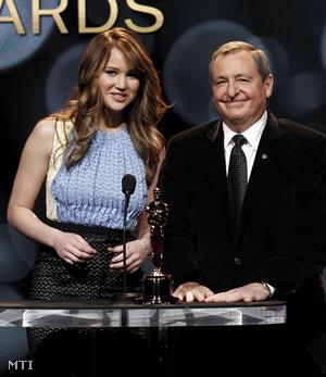 Jennifer Lawrence és Tom Sherak 2012. január 24-én, Los Angelesben, amint bejelentik az Oscar-díjra jelölt művészek nevét.