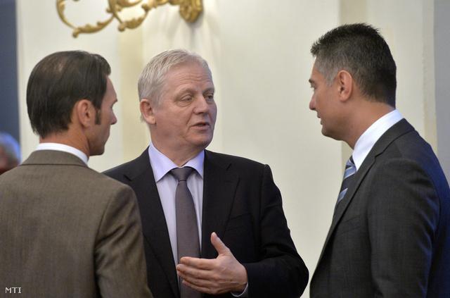 Tarlós István főpolgármester (k) valamint Szaniszló Sándor szocialista képviselő és Horváth Csaba a fővárosi önkormányzat MSZP frakciójának vezetője.