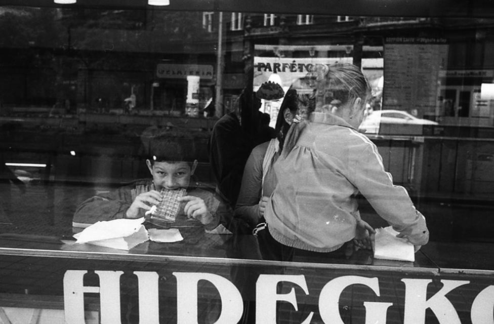 """""""Biztosan nem a város legjobb cukrászdája, viszont olcsó. Bemennek szegényebb emberek is, isznak egy pohár vizet 50 forintért, és maradnak két órát egy újsággal. Nem szól érte senki."""""""