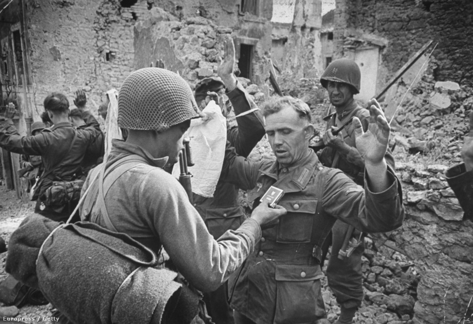 Magukat megadó német katonák amerikai fogságban az olaszországi Cisterna (di Latina) romjai között, 1944 elején. A négynapos összecsapás végül fölényes német győzelemmel ért véget.