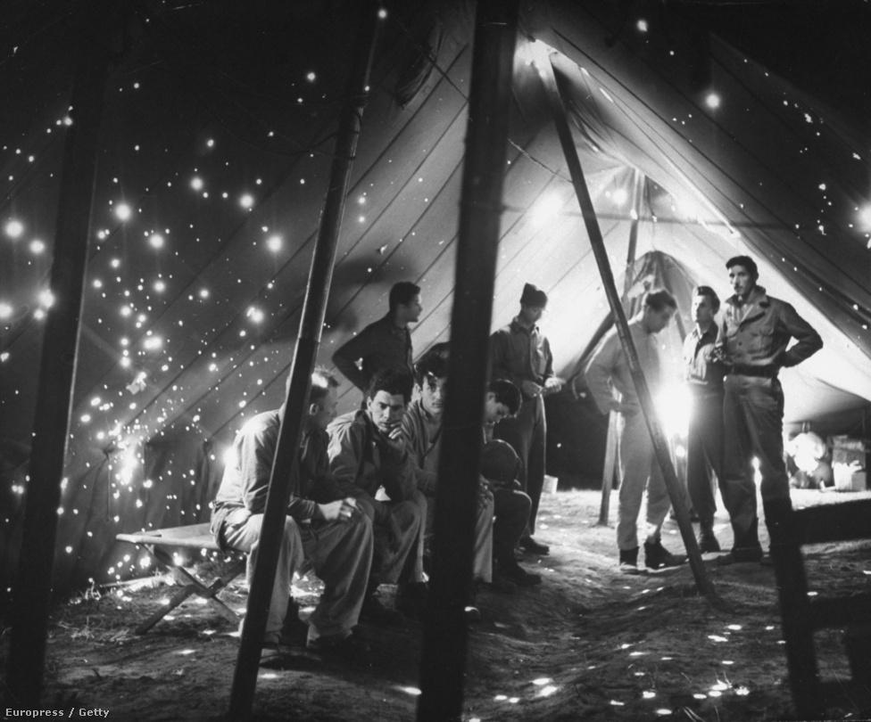 Amerikai katonák egy szitává lőtt kórházi sátorban, 1944 februárjában, az olasz fronton. A lövések egy németekkel folytatott, hosszan elhúzódó fegyveres összecsapás során érték a gyengélkedőt. Az odabent tartózkodók közül nyolc súlyosan megsérült, öt pedig életét vesztette.