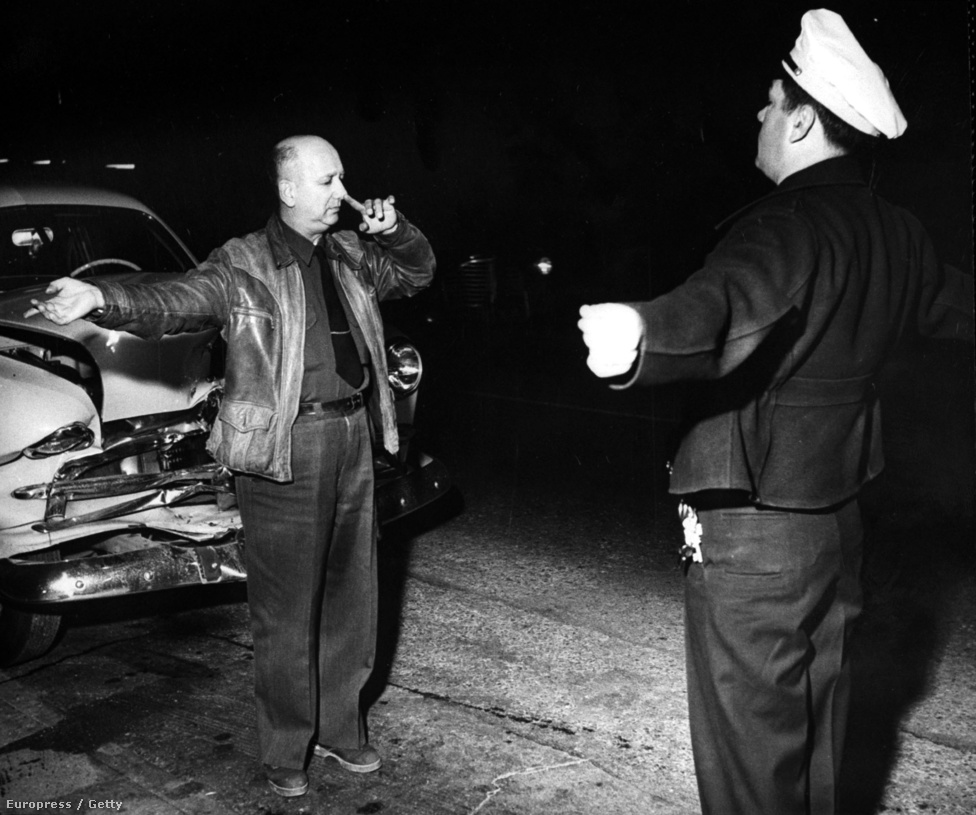 Uzsis zacsiban moszkvics slusszkulcs. A Los Angeles-i rendőrség a közúti balesetek visszaszorítása érdekében lép fel az ittas vezetés ellen. A sofőr épp azt bizonyítja, hogy mutatóujjával még képes eltalálni az orra hegyét, tehát a legkevésbé sem részeg.