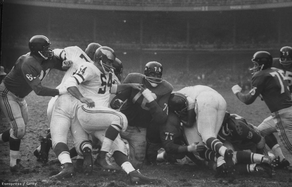 Férfias küzdelem a New York Giants és a Philadelphia Eagles mérkőzésén, 1960 novemberében. A meccs a Sasok győzelmével végződött.