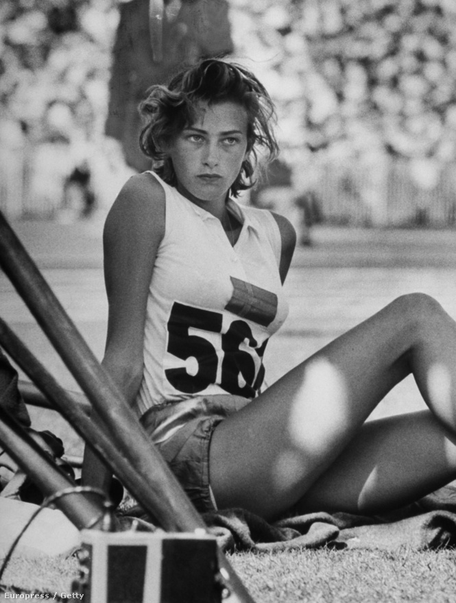 """A svéd magasugró, Gunhild Larking töprengve várja, hogy sorra kerüljön az '56-os melbourne-i olimpián. """"Ha érmeket nem is, szíveket biztosan nyert a húszéves sportoló."""" - szólt a képaláírás."""