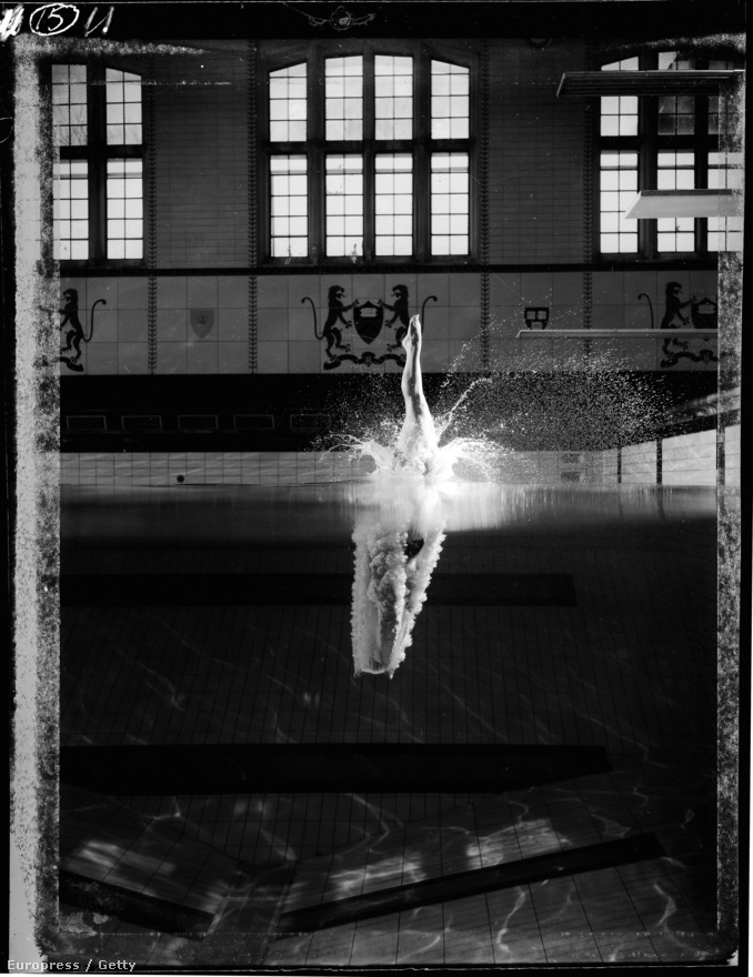 A tizennégy éves Kathy Flicker sosem nyert olimpiai érmet, mégis halhatatlan lett ezzel a fotóval, amely hajszálpontos csobbanását ábrázolja a Princetoni Egyetem kampuszának uszodájában, 1962-ben. A Life magazinban megjelent képek egyetlen délután során készültek. A vizet lejjebb eresztették, a fotós pedig a medence oldalában lévő megfigyelő ablakban ült, hat vakuval felszerelkezve - így kellett felkészülnie arra a képre, amelynek elkészítésére egy töredékmásodperce is alig volt.