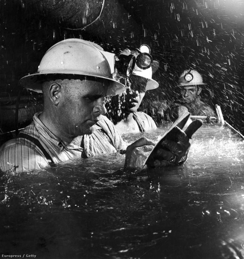 Vállig ér a víz a csillében, hogy a kaliforniai Tecolote alagút építésén dolgozó bányászokat kevésbé sújtsa az extrém – sok esetben akár a 40 Celsius-fokot is meghaladó – hőmérséklet. A földalatti utazás során a felügyelő egy vízhatlan felületre ér, míg a többiek figyelik. A csaknem tíz kilométer hosszú, több mint két méter átmérőjű csővezeték a Cachuma tavat köti össze a tengerparttal.