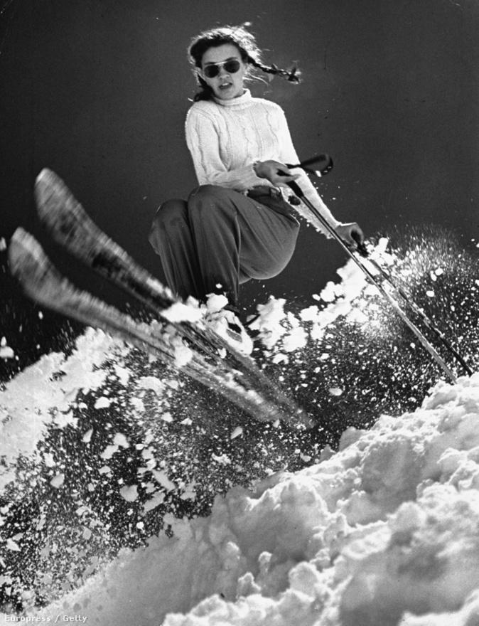 A tizenöt éves Andrea Mead Lawrence edzése az 1947-es téli olimpián, Sun Valley hegyvonulatai között. A fiatal síelőnő felkészülése sikeresnek bizonyult, hiszen később aranyérmet nyert. Silk gyakran levált kamerájáról, és egy kábel segítségével a távolból exponált, így lehetősége nyílt különös helyekre elhelyeznie a masináját. Akár egy sílécre. Egy szörfdeszka végére. Egy focipálya közepére. Vagy kövek közé, félig vízbe merülve, hogy pisztrángokat fotózzon.