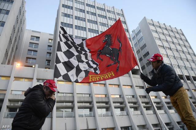 Rajongók a grenoble-i egyetemi kórház előtt, amelynek idegsebészeti osztályán Schumachert ápolják