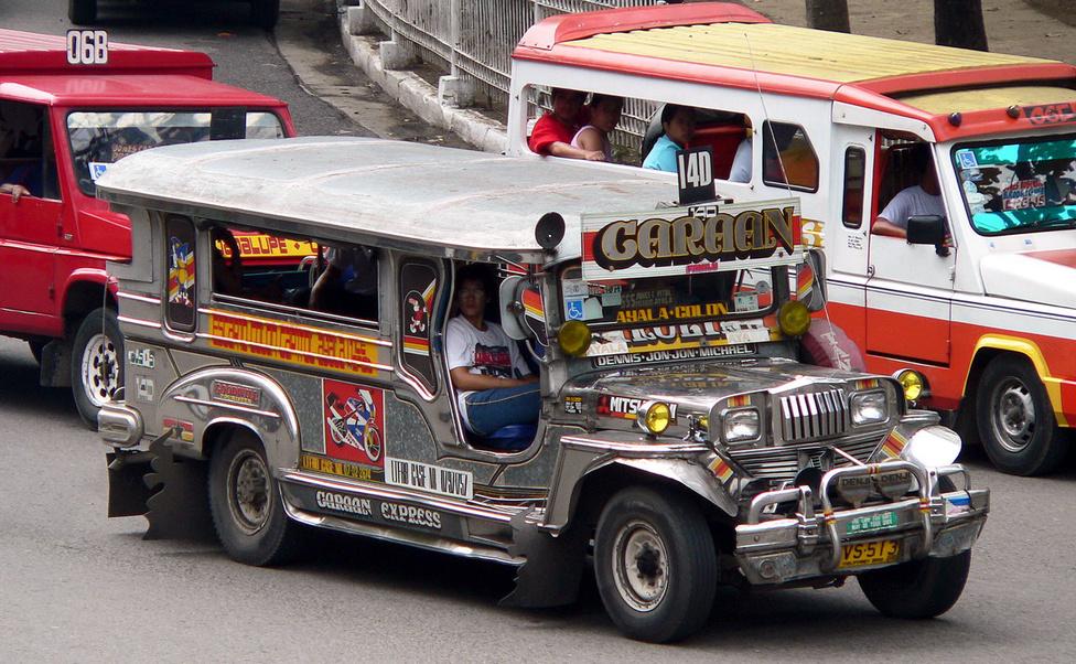 Külföldiként nem könnyű eligazodni a jeepney-káoszban. A megállóknak nincs nevük, a kisbuszokon nincs utastájékoztatás, így a sofőr és az utastársak jóindulatára kell hagyatkoznunk, ha el szeretnénk jutni valahova. Utasokat nemcsak a megállókban vesznek fel: ha elég lelkesen vagy kétségbeesetten integetünk, fékeznek bárhol. Ma már az interneten találunk táblázatokat a járatok útvonalairól, de általában ezekből se derül ki, milyen megállók vannak a két végállomás között. A járatsűrűség forgalomfüggő, napközben a fővonalakon szinte várni se kell, az egyik buszocska kihúz a megállóból, és már érkezik is a következő. Egy-egy kisbuszra 20-30 utas fér fel, a fel- és leszállás hátul történik. A vezető melletti két helyet csinos lányoknak, vagy turistáknak tartják fent, az előbbiekkel kellemes, az utóbbiakkal a borravaló miatt hasznos a sofőr számára az utazás.