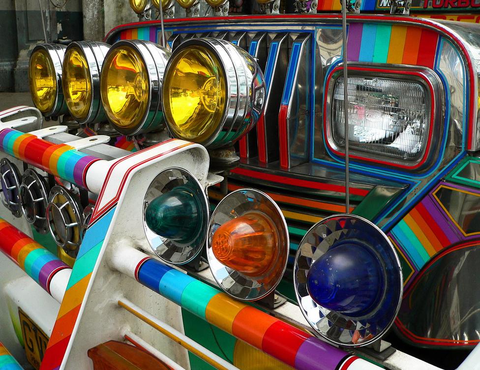 Ez a jeepney nem a nemzetközi melegmozgalom reklámautója – a szivárvány összes színére azért van szükség, hogy a jármű kitűnjön a versenytársak közül. A Fülöp-szigetek nagyvárosi régióiban erős a konkurencia a tömegközlekedést működtető vállalkozók között, ami felturbózza a trópusokon amúgy is erős díszítő hajlamot. A rengeteg lámpa inkább csak macsó dekoráció, a masszív rácsnak viszont gyakorlati funkciója van: védi a járművet a csúcsforgalmi tülekedésben. A gyalogosvédelem nem szerepel a jeepney-építési szempontok között.