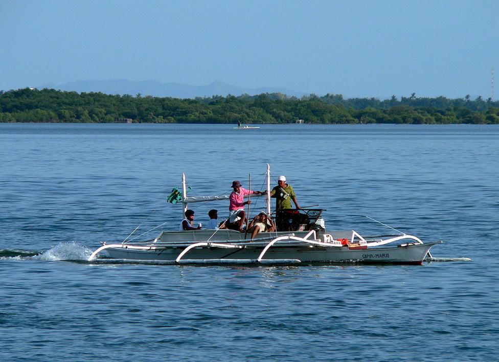 Összesen 7107 szárazulat alkotja a Fülöp-szigeteket. Túlnyomó részük persze kisebb, lakatlan szirt, települések körülbelül 800 szigeten vannak. A nagyobb szigetek, Luzon, Mindanao, Palawan nevei bizonyára mindenki számára ismerősen csengenek. A tradicionális, oldaltámaszos, de mára természetesen motorizált keskeny csónakokat, a bankgkákat mindenütt használják a szigetvilágban. Halászni járnak, vízitaxiként működtetik, és a turisták trópusi romantika iránti igényét is lelkesen kiszolgálják velük.