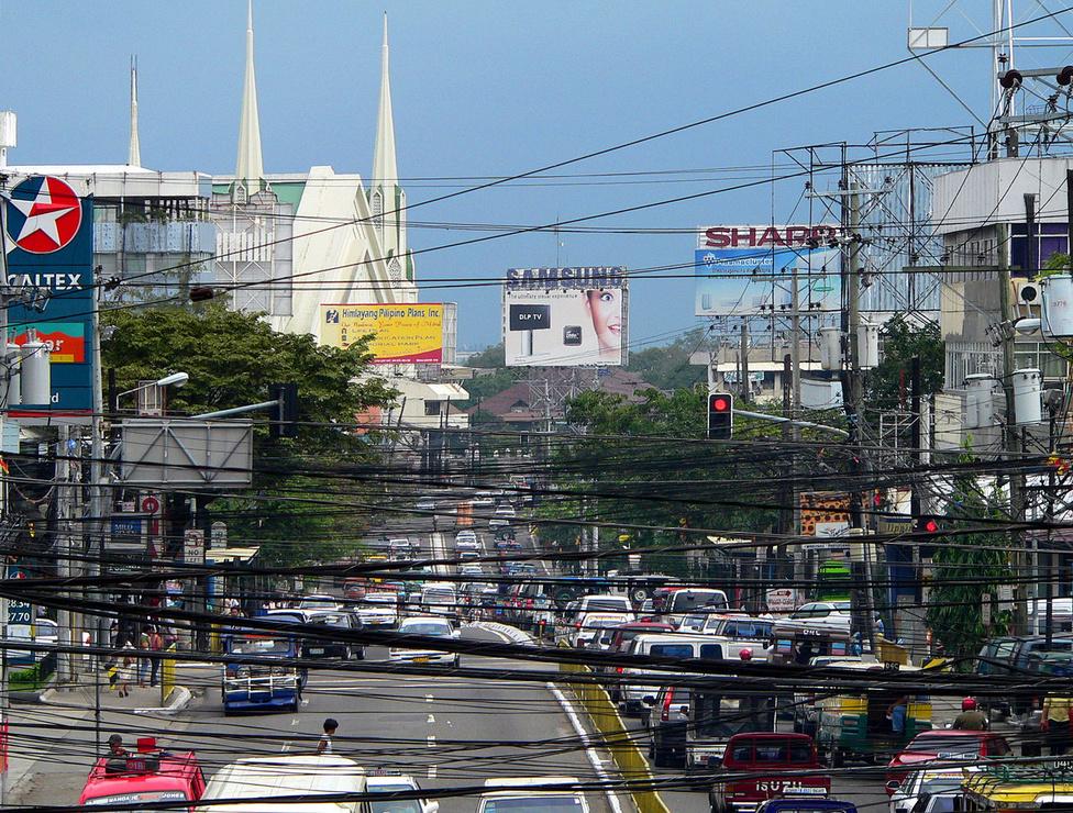 A Visayas-szigetcsoport központjának számító Cebu Cityben kora hajnaltól késő éjjelig szinte folyamatos a nyüzsgés. Nemzetközi repülőterének köszönhetően az átmenő forgalom is nagy. A turisztikai látnivalók elég közel vannak egymáshoz, így akár gyalog is bejárhatók, beleértve a piacot és néhány kisebb bevásárlóközpontot is. A filippínók imádnak plázázni, hiszen a plázákban rend, tisztaság és légkondicionálás van. Az átlagember ugyanakkor a vásárlásait inkább a gyenge minőségű, viszont nagyon olcsó kínai árut kínáló boltokban, áruházakban intézi. Földrajzi törésvonalon és trópusi éghajlaton élni egyébként nem mindig kellemes: Cebun tavaly halálos áldozatokkal járó, 7-es erősségű földrengés, volt, és emberéleteket követelt a hírhedt Haiyan tájfun is, ami alaposan elverte a sziget északi részét.