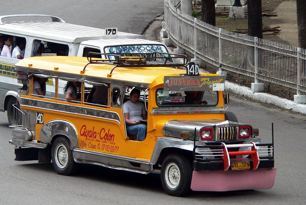 Cebu Cityben és agglomerációjában mintegy 2,4 millióan élnek. A tömegközlekedés nagyját a jeepneykkel bonyolítják, mert bár elég sok taxi is van, azok mindennapos használatát az emberek többsége nem tudja megfizetni. A jeepneyk tehát lényegében kisbuszok, amelyeket a történelem és az éghajlat formált ilyenné. Mint a nevük is sejteti, közös ősük a Williys Jeep. A második világháború előtt a szigetvilág USA-protektorátus volt, amit megszálltak a japánok, majd visszafoglaltak az amerikaiak. A harcok után rengeteg katonai Jeepet hagyott ott a hadsereg, és az ínséges években ezeket kezdték átalakítani ügyes mesterek. Az alvázat meghosszabbították, az első ülések mögötti traktusban a jármű két oldalán keskeny ülőpadokat helyeztek el. Stabil fémtetőt építettek a tűző nap és a szakadó eső elleni védelemül. Ajtó, ablak nem kellett, a légkondi szerepét a menetszél tölti be. A legnevesebb és legnagyobb kapacitással rendelkező jeepney-gyártó a Sarao.