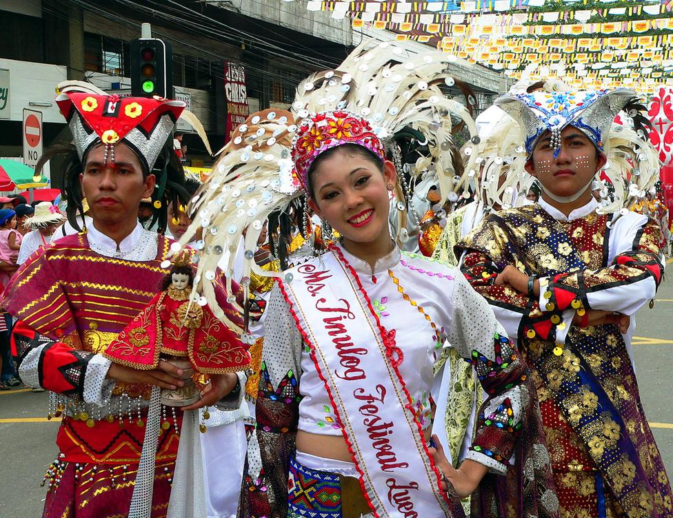 Cebu legnagyobb tömegrendezvénye a Sinulog. A kilencnapos fesztiválon keverednek a pogány és keresztény elemek, a vallási és szórakoztató rendezvények. A csúcspont az utolsó két napra, minden évben január harmadik hétvégéjére esik. A szombat a vallásé, a vasárnap a karneválé. Vasárnap délelőtt kezdődik, és órákon át tart az a felvonulás, amelyen részt vesz Cebu és a környező szigetek szinte minden iskolája, és ifjúsági csoportja. A versengés tárgya: melyik csapat tudja a legszínesebb kosztümöket és installációkat bemutatni, kik a legügyesebb táncosok, és legfőképpen, hogy ki lesz a Sinulog Szépe – erre a posztra minden csapatnak van jelöltje. A felvonulást óriási tömeg nézi végig, a belvárosban közlekedni lehetetlen, vidám emberek tülekednek mindenütt – annyi mosolyt Magyarországon tíz év alatt nem lehet látni, mint a Sinulogon pár óra alatt. A baloldali fiú kezében látható szobor a fesztivál kulcsfiguráját, Santo Ninot, a kis Jézust ábrázolja – eredetijét a keresztények szerint még Magellán adományozta az első megkeresztelt cebuiaknak.