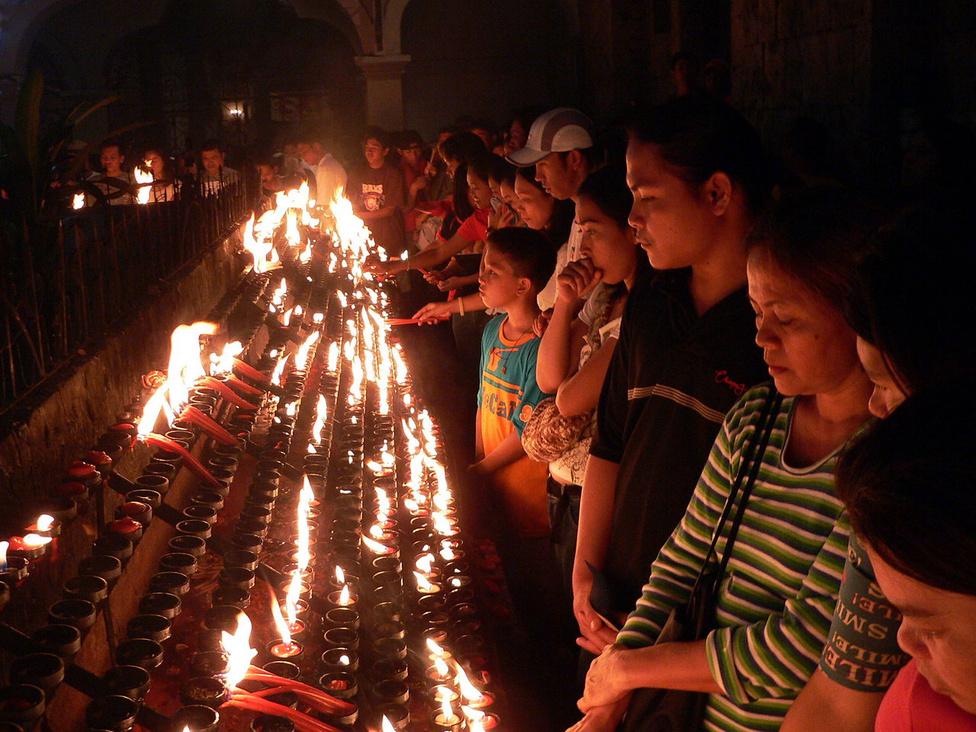 A bazilika kis belső udvarán nemcsak a fesztivál alatt égnek a könyörgés és a hála gyertyái. A Fülöp-szigeteken volt a legsikeresebb a klasszikus gyarmatosítás korában a spanyol evangelizáció: a lakosság 92 százaléka keresztény, túlnyomó többségük katolikus. A szigetállam a világ harmadik legnagyobb lélekszámú keresztény országa.