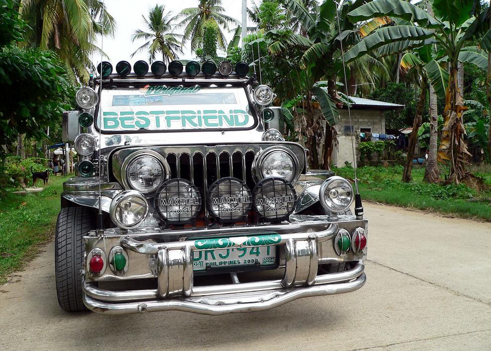 """Nemcsak tömegközlekedési célra készülnek jeepneyk, de magánhasználatra is. A legtöbbnek a formai hasonlóság ellenére szintén nincs sok köze az eredeti Jeepekhez: többnyire japán alkatrészekből, részegységekből építik meg a hajtásláncot, amit egyedileg, vagy kis műhelyekben karosszálnak. Ezen a gépen is szembetűnő a """"gyalogosbarát"""" lökhárító, és a rengeteg lámpa. A szélvédőn csak lőrésnyi helyet hagytak a kilátásra, a felület nagy részét hővédő fóliával vonták be. Ez egy gondosan megépített darab, amelynek szemlátomást gondját viseli a gazdája. Mint a felirat mutatja, nem úgy tekint rá, mint egy közlekedési eszközre, hanem mint a legjobb barátjára. Magyarországon valószínűleg nem lehetne forgalomba helyezni egy ilyen gyöngyszemet, de aki mégis akar egyet az autógyűjteményébe, úgy kalkulálhat, hogy kábé 2500 dollártól indulnak az árak. Persze, haza is kell szállíttatni a jeepneyt, gyanús, hogy annak a költsége még legalább egymillió forint. Legyen tehát kétmillió forint egy járgány, amiben persze még nincsenek benne a díszítések. De lámpákat, prizmákat, kürtöket itthon is be lehet szerezni, egy jeepney végül is népi iparművészeti tárgy, amelyen tükröződnie kell a tulaj kreativitásának."""