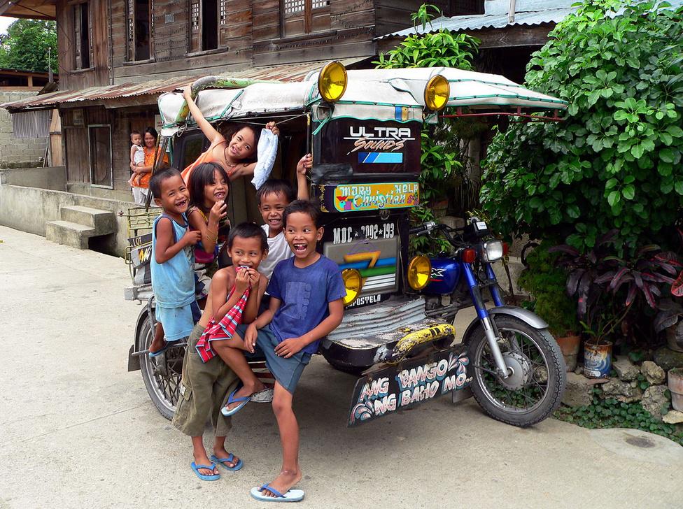 Egy háromkerekű fogat, jeepney-stílusban, jeepney funkcióval. Kisforgalmú vidéki vonalakra ez a méret is elég. Az utasteret masszív bukócsövek védik. Érdekes, hogy más dél-ázsiai országokkal összevetve sokkal kevesebb robogót, kismotort lehet látni – talán azért is, mert könnyű filléres fuvarost találni, ha szükség van rá.