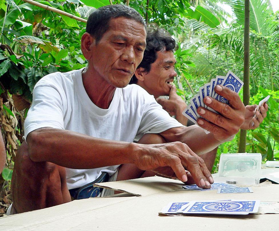 Sziesztázó favágók. A Fülöp-szigeteken sokféle állat- és növényfaj él, szakszóval: magas a biodiverzitás. Lehet, azonban, hogy ez már nem sokáig lesz így - 100 év alatt az erdőterület 30 millió hektárról hétmillió hektárra csökkent, az élőhelyek drámaian zsugorodnak. A kormány tervei szerint a következő években másfélmillió hektárt újraerdősítenek, kérdés, hogy milyen eredménnyel. Még rosszabb a helyzet a tengerben: a Fülöp-szigetek partjai mentén több világklasszis merülőhely található ugyan, de valójában a korallzátonyok 40 százaléka haldoklik, és mindössze két százalékuk egészséges teljesen. Az egyik ok: a halászok durva módszerekkel, többek között robbanóanyagokkal halásznak.