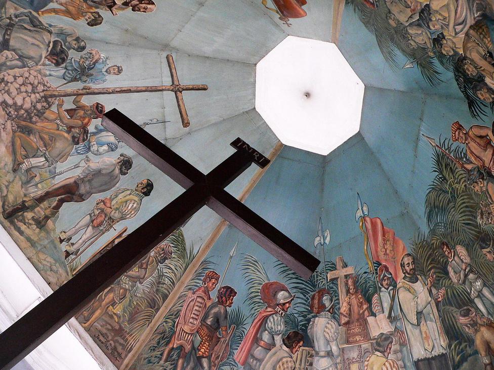 Magellán keresztje. Cebu egyik fő látványossága, egyúttal értékes egyházi ereklyéje ez a kereszt, amelynek a belsejében a hagyomány szerint annak a fakeresztnek a maradványai találhatók, amelyet még Magellán állított 1521-ben, amikor az első európaiként Cebura érkezett. A keresztet védő kereszt fölé díszes mennyezetű pavilont emeltek, amely a zarándokok és a turisták kedvelt fényképezkedési pontja.
