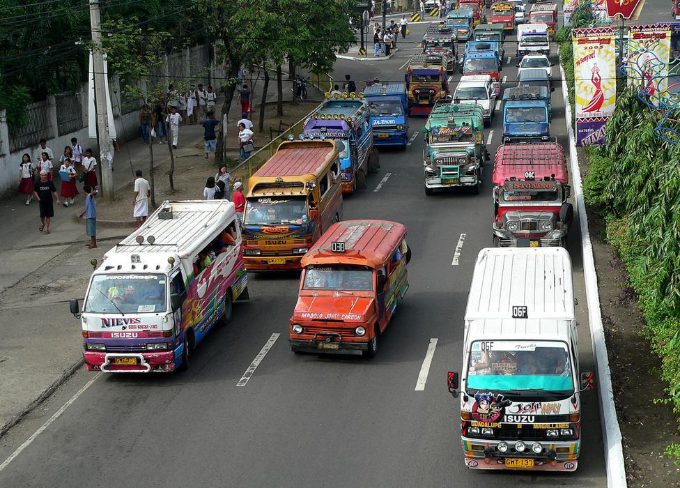 Változatos típusok és évjáratok. Mint New Yorkot a sárga taxik, úgy lepik el Cebu City útjait a jeepneyk. A klasszikusok mellett egyre nagyobb számban találni japán és koreai buszokból átalakított verziókat is, ezeket persze ugyanúgy jeepneynek nevezik. Fiatalabb vagy idősebb, kisebb vagy nagyobb: az állapotán mindegyiknek meglátszik a szinte folyamatos használat. A modernizáció a Jeepneyket sem kerüli el, ha komolyan vennék a környezetvédelmi normákat, nagy részük már ma sem lehetne szolgálatban. A klasszikusokat kiszorítják a tisztább járású és takarékosabb újdonságok, és, egyelőre még csak kísérletéképpen, néhány elektromos meghajtású változatot is készítettek.