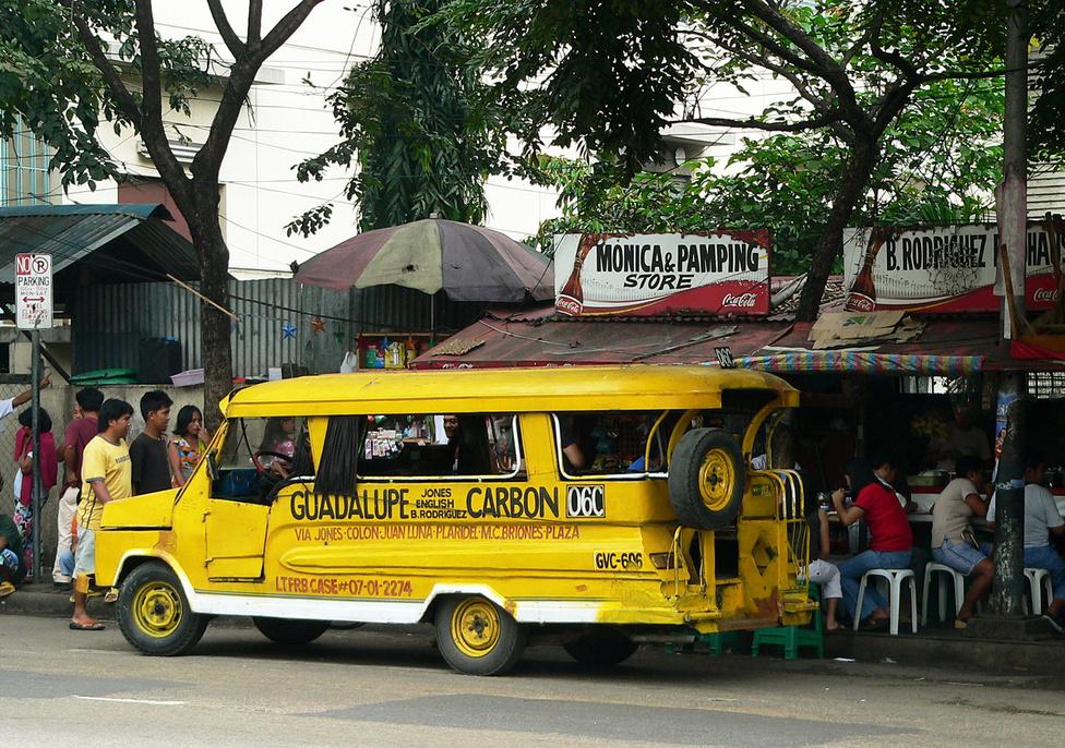 Összkomfortos buszmegálló Cebu Cityben, a Guadalupe-Carbon vonalon. Nézzük a jeepneyzés néhány alapszabályát! Menetrend nincs, a járat akkor indul, ha megtelik az utastér. Ezt a kikiáltó ember úgy jelzi a sofőrnek, hogy egy pénzdarabbal kettőt koppant a karosszérián. Fizetni a sofőrnek kell, a jármű végéből az utasok láncban adják tovább a pénzt, és ugyanígy jut el hozzánk a visszajáró. Ha le akarunk szállni, ugyancsak kettőt kell koppintani. A másik megoldás, hogy hangosan cuppogunk. Itt is érvényes a világ összes tömegközlekedési járművére vonatkozó szabály: vigyázzunk az érétkeinkre, óvakodjunk a zsebtolvajoktól! A jeepneyken általában nagy a zsúfoltág, az utasok úgy préselődnek egymás mellett, mint a heringek. Nem véletlenül becézik ezeket a kisbuszokat a helyiek szardíniásdoboznak.