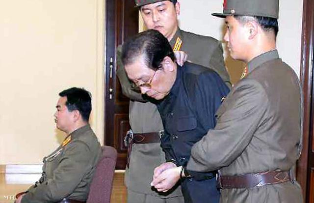 Csang Szongthek, Kim Dzsongun nagybátyja perének tárgyalásán egy rögtönítélő katonai bíróság előtt Phenjanban 2013. december 13-án.