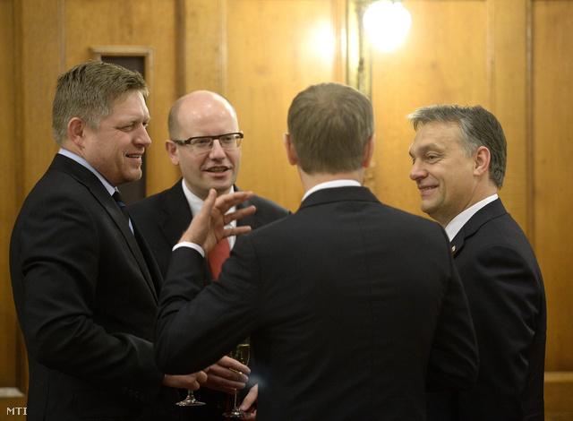 Robert Fico szlovák, Bohuslav Sobotka cseh, Donald Tusk lengyel (háttal) és Orbán Viktor magyar miniszterelnök (b-j) a rendkívüli visegrádi miniszterelnöki csúcstalálkozón
