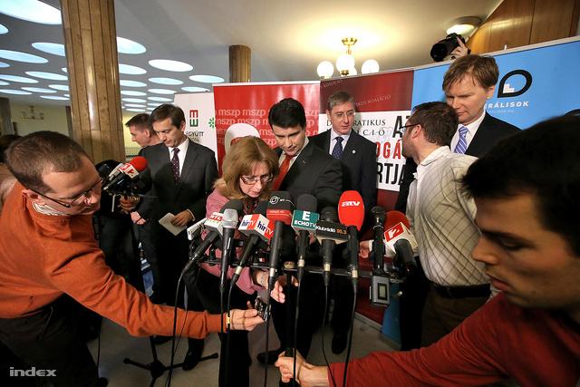Bajnai Gordon az Együtt-PM szövetség vezetője, Mesterházy Attila az MSZP elnöke, Gyurcsány Ferenc a DK elnöke és Fodor Gábor a Liberálisok elnöke bejelentik az ellenzéki szövetség megkötését 2014. január 14-én, a Képviselői Irodaházban.