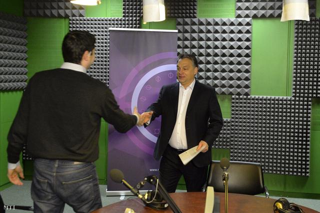 Orbán Viktor miniszterelnök és Kiss Gábor István a Kossuth Rádió 180 perc című műsorának vezetője a Magyar Rádió stúdiójában.