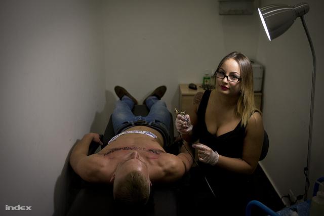Orsi egy férfi vendégével. A Wonderland egyik tulajdonosa szerint már ők vannak kevesebben, több nő tetováltat, mint férfi.